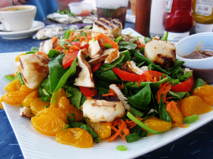 Spinach_salad_with_various_ingredients